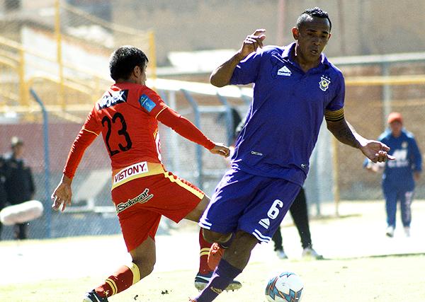 Víctor Peña supera en la dividida a Luis Mayme. (Foto: Ángel Fajardo)