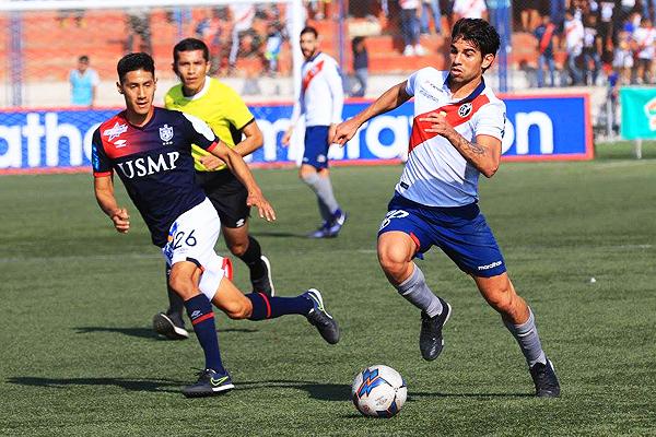 Larrauri avanza con el balón ante la marca de Tuesta. (Foto: prensa Deportivo Municipal)