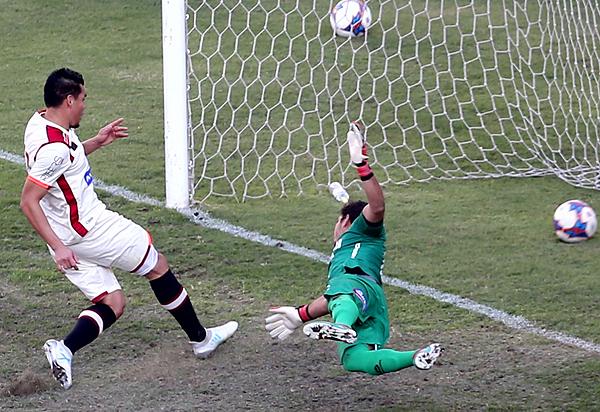 Rengifo captura el rebote y vence a Álvarez. (Foto: Andina)