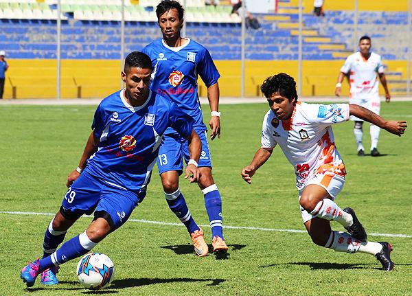 García intenta salir desde el fondo ante la marca de Mimbela, autor del único gol del partido. (Foto: Michael Carrión / prensa Ayacucho FC)