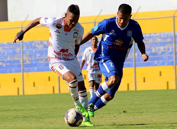 Gonzales estuvo atrevido en ofensiva. Bustamante no lo deja libre. (Foto: Michael Carrión / prensa Ayacucho FC)