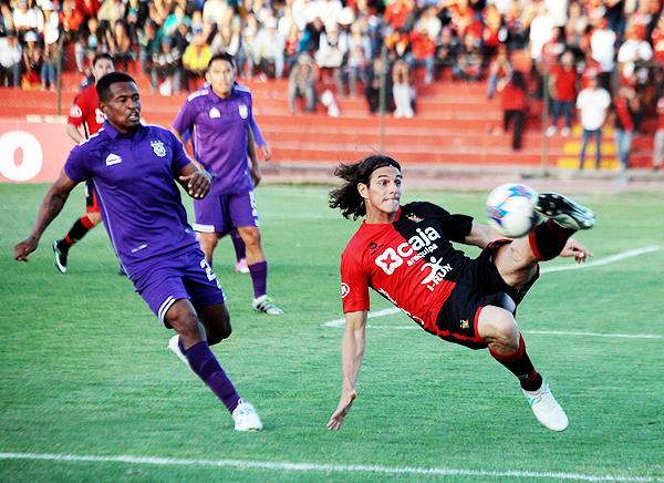 José Carlos Fernández tuvo un partido muy flojo. Willy Rivas tampoco destacó, pero por lo menos cumplió en el fondo cutervino. (Foto: Agencia Click)