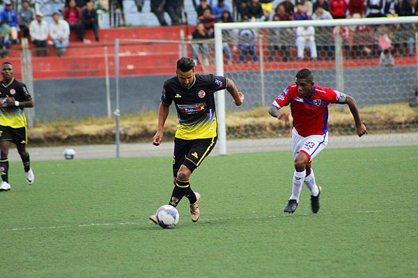 Callorda ingresó en el segundo tiempo. Yglesias tuvo que cubrir sus avances. (Foto: Arturo Castrejón / DeChalaca.com)