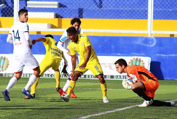 Duarte atrapa el balón, mientras Tragodara reclama una aparente falta. (Foto: Mauro Delgado / DeChalaca.com)