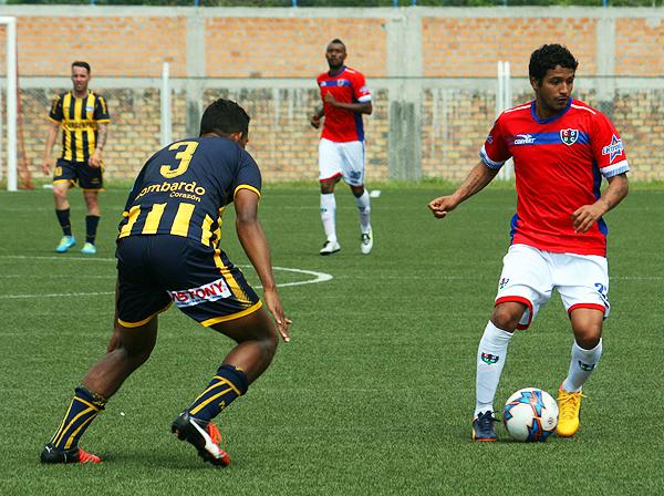 Manco con el control del balón ante la mirada de Cánova. (Foto: Jhon Guevara)