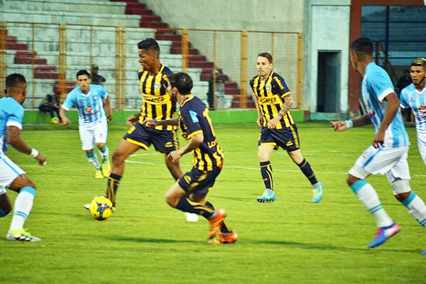 Uribe intenta generar una jugada de peligro desde la mitad de cancha. (Foto: Miguel Guimaray / DeChalaca.com)
