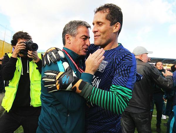 Pablo Bengoechea y Leao Butrón en un abrazo victorioso. Alegría del pueblo aliancista en el Juan Maldonado Gamarra. (Foto: Mauro Delgado / DeChalaca.com)