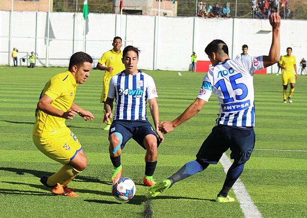 Ángel Pérez -en la escena con Alejandro Hohberg y Alexis Cossío- fue el jugador más aplicado en un partido poco agradable. (Foto: Mauro Delgado / DeChalaca.com)