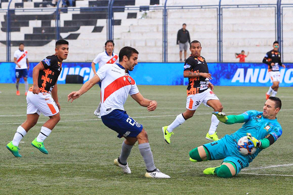 Pedro Gutiérrez remata ante la salida de Mario Villasantti. (Foto: prensa Deportivo Municipal)