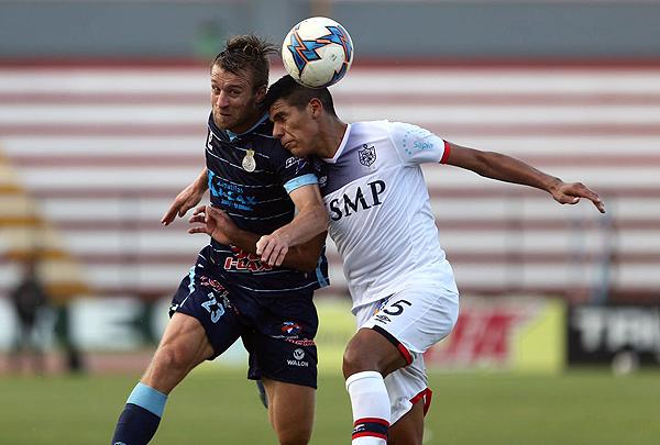 Danilo Carando y Ramiro Ríos pelean el balón en el juego aéreo. (Foto: Movistar Deportes)