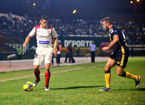 Aldo Corzo encuentra los espacios para encarar a Diego Pizarro. (Foto: prensa Universitario)