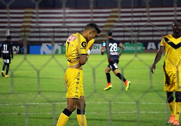 Manzaneda se lamenta el penal fallado ante Aurich. (Foto: Pedro Monteverde / DeChalaca.com)