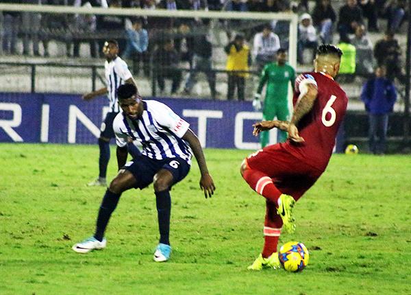 Carlos Ascues adelante de Aldair Fuentes, así se paró Alianza Lima y resultó clave para ganar el clásico. (Foto: Pedro Monteverde / DeChalaca.com)