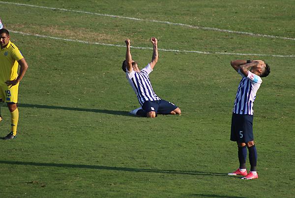 Luis Aguiar estira los brazos en señal de victoria: Alianza Lima es el campeón nacional. (Foto: Pedro Monteverde / DeChalaca.com)