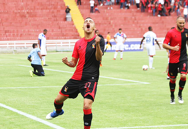 Patricio Arce y su celebración tras anotarle a Unión Comercio. (Foto: Agencia Click)