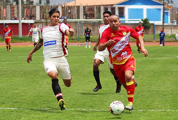 Horacio Benincasa intenta marcar al 'Torito' Meza Cuadra. La defensa crema volvió a pasar apuros (Foto: diario Primicia de Huancayo)