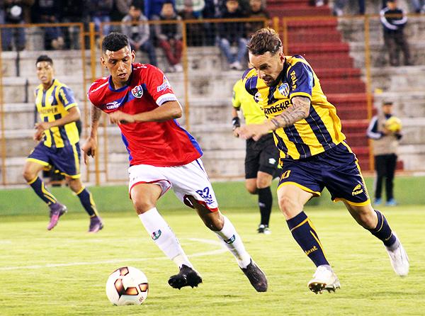 Nuevamente el ataque de Sport Rosario pasó por lo que pudo hacer Pablo Lavandeira. Aunque esta vez, la efectividad estuvo ausente en el Rosas Pampa. (Foto: Antony Cúper / Visión Deportiva Huaraz)