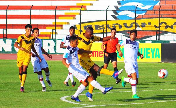 José Luján es superado por Jeferson Collazos. Cantolao ganó a la San Martín en el debut del Sub-20. (Foto: prensa Cantolao)