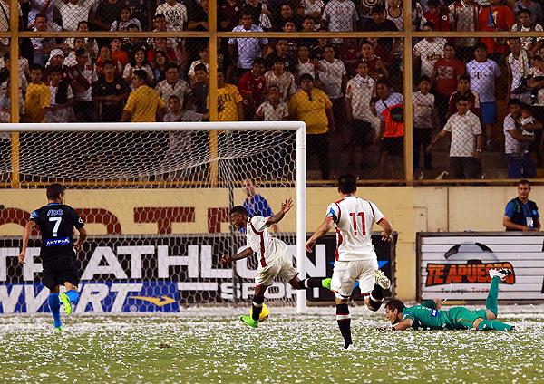 Luego del gol de Alberto Quintero, todo indicaba que podían llegar más goles cremas en el arco de Leao Butrón. (Foto: Andina)