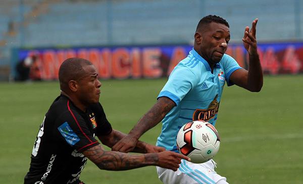 Aguirre le ganó el duelo a Céspedes, pero luego Reynoso lo movió de ubicación y permitió recuperarse al lateral celeste. (Foto: Prensa Sporting Cristal)