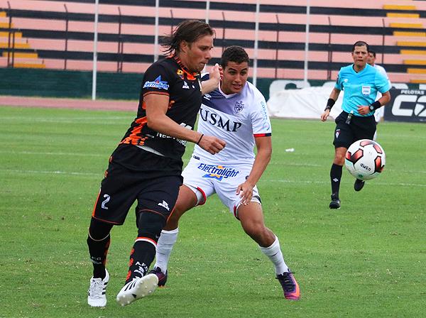 Sixto Ramírez no la pasó bien ante el ataque santo. (Foto: Prensa Universidad San Martín)