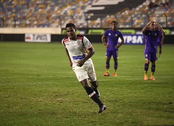 Jersson Vásquez le dio la cuota peruana a la goleada crema. (Foto: Prensa Universitario)