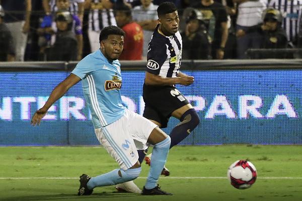 Johan Madrid fue novedad en el equipo titular de Cristal, pero se las arregló para que Kevin Quevedo tenga menos tiempo. (Foto: Pedro Monteverde / DeChalaca.com)