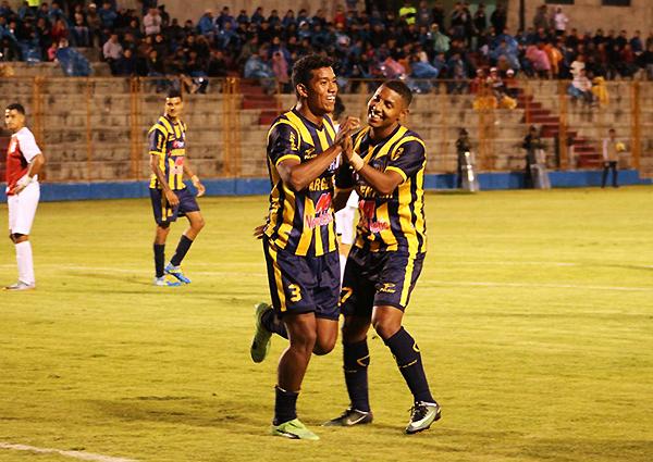 Cánova será titular indiscutible en Rosario. El defensor también tiene presencia en área rival. (Foto: Antony Cúper / Visión Deportiva Huaraz)