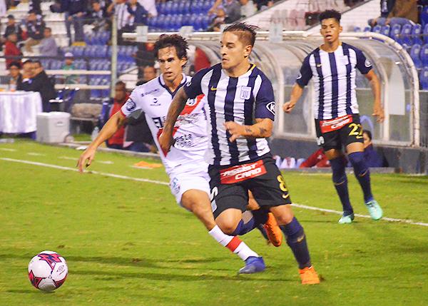 Alejandro Hohberg emprende velocidad y supera a Rafael Guarderas. (Foto: Álex Melgarejo / DeChalaca.com)