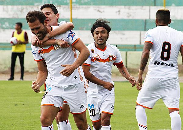 Mauricio Montes felicitado por todo Ayacucho tras su gol de chalaca. (Foto: Ciro Madueño)