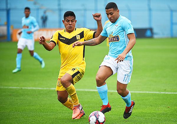 Keyvin Paico se enfrenta a Flavio Gómez por la pelota. (Foto: Álex Melgarejo / DeChalaca.com)