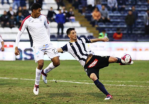 Mauricio Affonso remata de zurda para vencer a Pedro Ynamine y marcar el tercer gol aliancista. (Foto: Pedro Monteverde / DeChalaca.com)