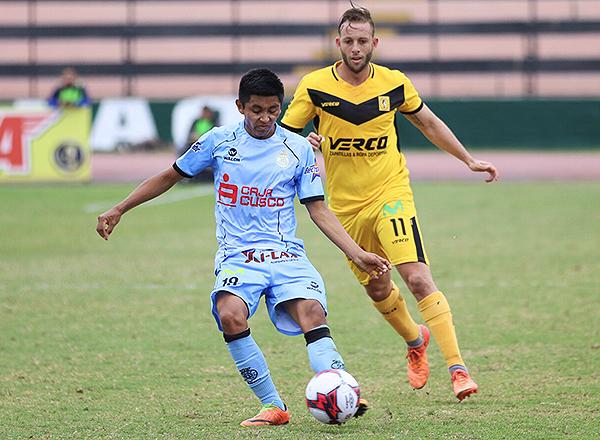 José Jhunior Velásquez intenta poner el pase ante la mirada de Diego Pizarro. (Foto: Pedro Monteverde / DeChalaca.com)