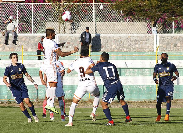Tarek Carranza se eleva y de cabeza despeja el peligro. (Foto: Ciro Madueño)