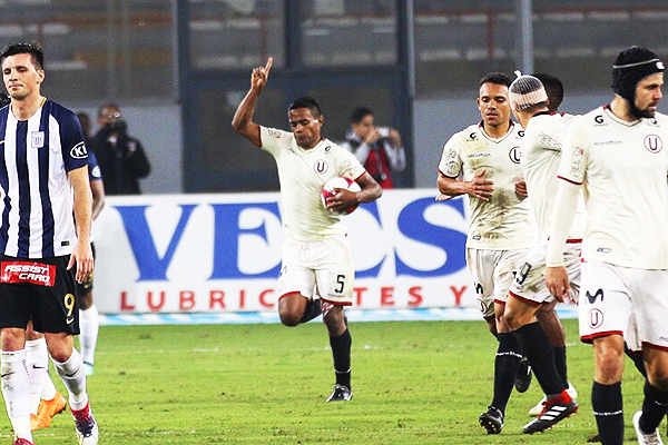 Jersson Vásquez con el balón en el brazo tras marcar el empate. (Foto: Pedro Monteverde / DeChalaca.com)