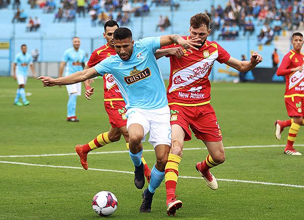 Josepmir Ballón cuida el esférico ante la presión de Rodrigo Colombo. (Foto: Pedro Monteverde / DeChalaca.com)