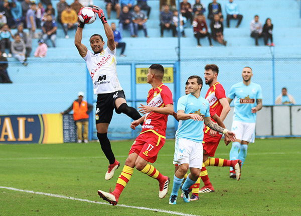 Joel Pinto se eleva y descuelga el balón. Huancayo rescató el empate del Gallardo. (Foto: Pedro Monteverde / DeChalaca.com)