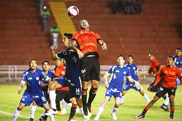 Pablo Míguez intenta ganar por arriba a Jorge Bosmediano. (Foto: Agencia Click)