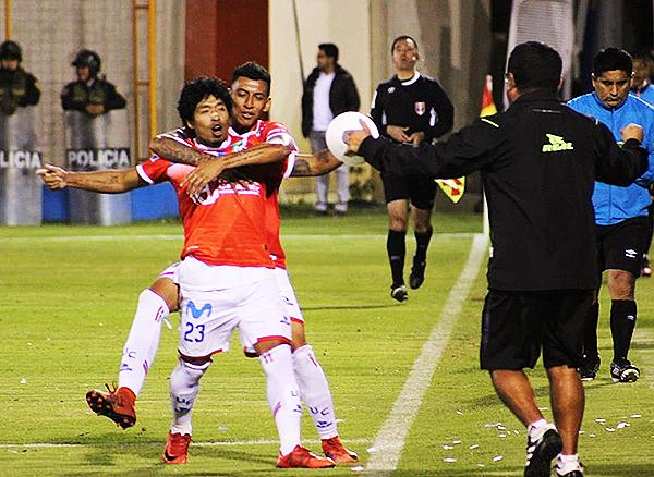 Willyan Mimbela celebra su gol. Comercio ganó en Huaraz y se aferra a la permanencia. (Foto: Antony Cúper / Visión Deportiva Huaraz)