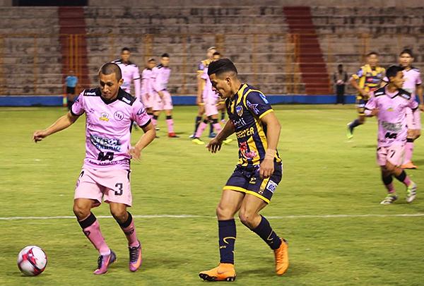 Manuel Tejada cuida la pelota ante la marca de Carlos Olascuaga. (Foto: Antony Cúper / Visión Deportiva Huaraz)