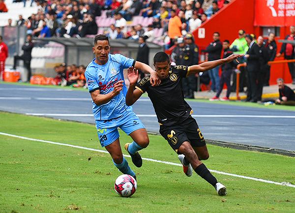 Jean Pierre Archimbaud pelea el balón con Enmanuel Páucar. (Foto: Álex Melgarejo / DeChalaca.com)