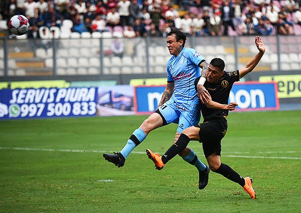 Daniel Chávez ensaya un remate ante la presión de Gustavo Dulanto. (Foto: Álex Melgarejo / DeChalaca.com)