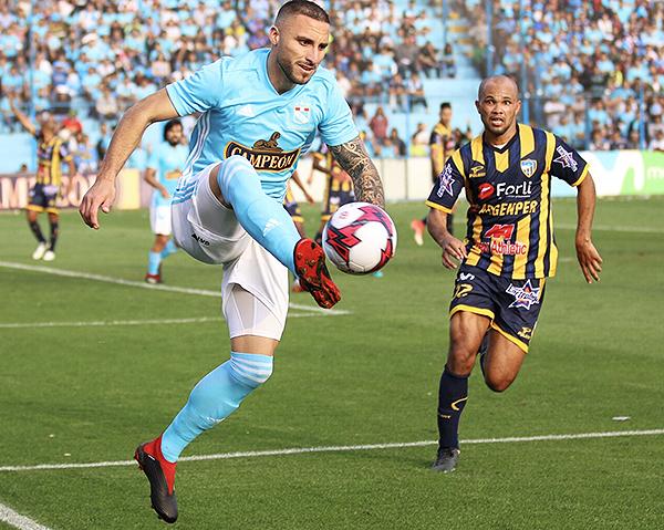 Emanuel Herrera se animó a complicar el fondo de Rosario. (Foto: Pedro Monteverde / DeChalaca.com)