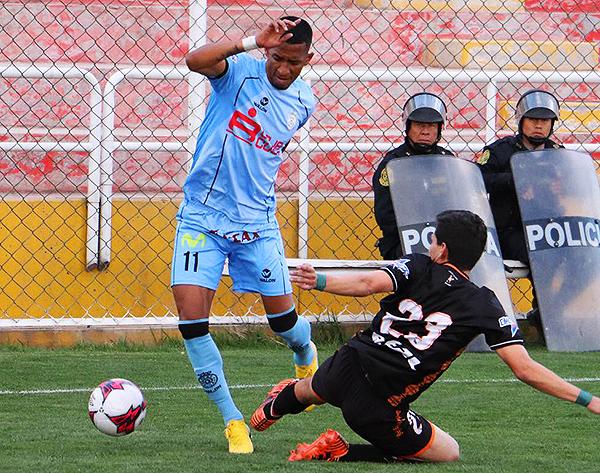 Johnny Vidales se saca del camino a José Anthony Rosell. (Foto: Prensa Real Garcilaso)