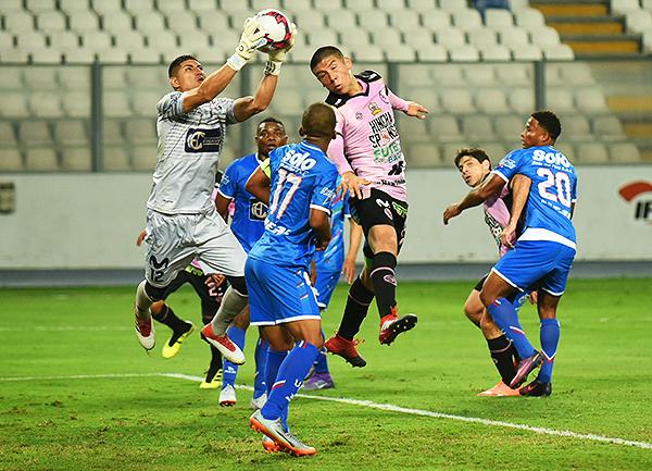 Ángel Zamudio tuvo mucho trabajo durante los 90 minutos en el Nacional. (Foto: Álex Melgarejo / DeChalaca.com)