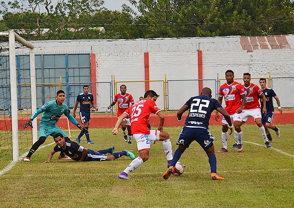 Jair Céspedes busca el espacio ante la marca de Eduardo Uribe. (Foto: Jhon Guevara)