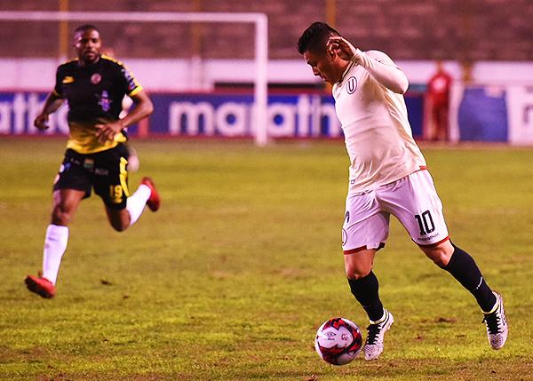 Javier Núñez estuvo muy activo y dejó atrás a Roberto Guizasola. (Foto: Álex Melgarejo / DeChalaca.com)