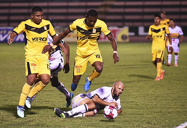 Fabián González supera en velocidad y potencia a su compatriota John Tapia. (Foto: Álex Melgarejo / DeChalaca.com)