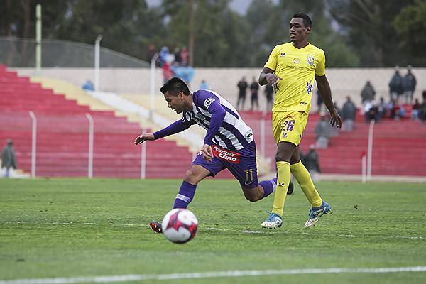 Janio Pósito tuvo complicaciones frente a Éderson Mogollón. (Foto: Prensa Alianza Lima)