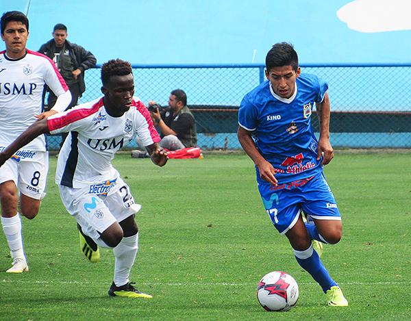 Koffi Dakoi le dejó muy pocos espacios a Andy Polar. El arequipeño no tuvo su mejor partido. (Foto: Aldo Ramírez / DeChalaca.com)